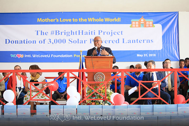 WeLoveU delivers 3,000 solar-powered lanterns to Haiti.