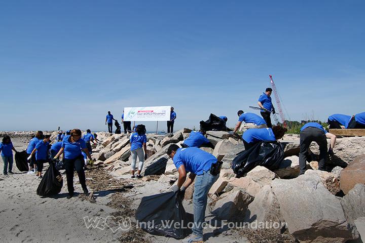 WeLoveU volunteers clean Seaside Park in Bridgeport, CT.WeLoveU volunteers clean Seaside Park in Bridgeport, CT.