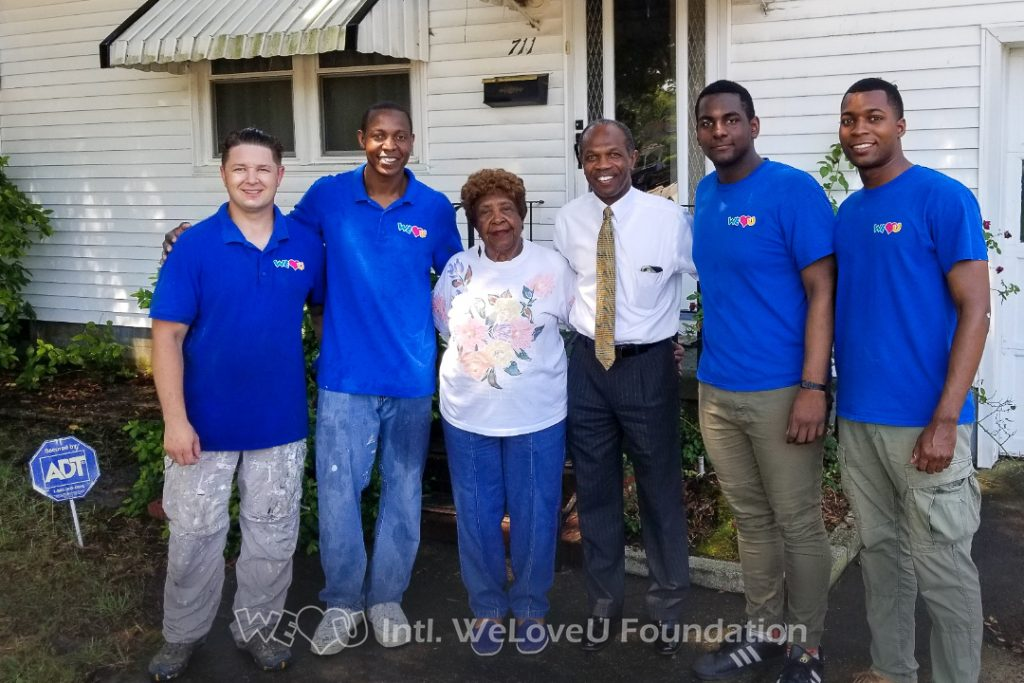 Mayor Donnie Tuck from Hampton visits WeLoveU volunteers at Ms. Monroe's house