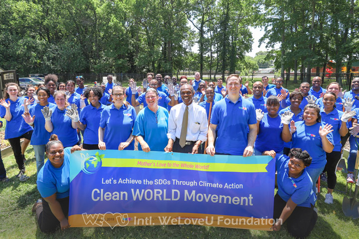 Mayor Donnie Tuck from Hampton takes a group photo with WeLoveU volunteers