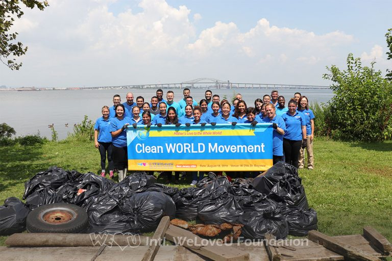 group photo, piles of trash, large group of volunteers