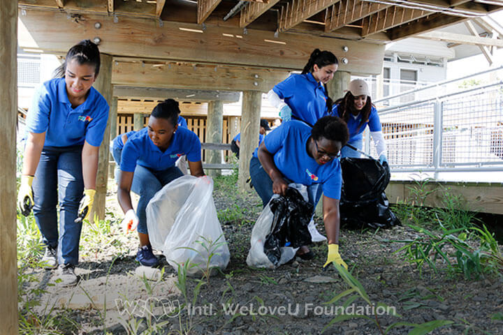 WeLoveU-volunteers-picking-up-trash
